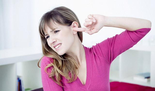 Зуд в ушах, чешутся уши внутри: причини и лечение