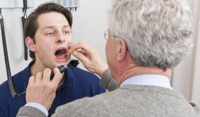 Дерет горло: причини, лечение, с кашлем и без
